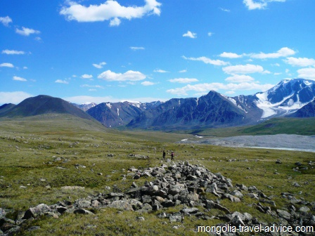hiking mongolia altai mountains