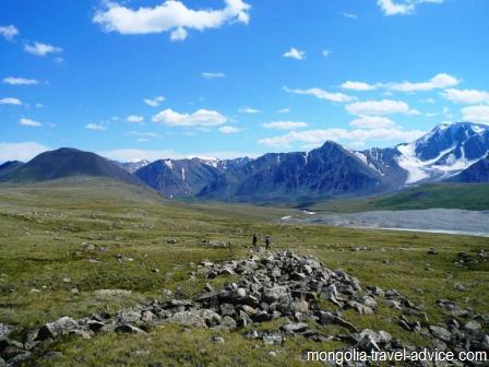 hiking mongolia altai mountains